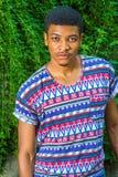 Młody amerykanina afrykańskiego pochodzenia mężczyzna podróżuje, relaksujący przy central park, Zdjęcia Royalty Free