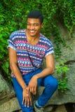 Młody amerykanina afrykańskiego pochodzenia mężczyzna podróżuje, relaksujący przy central park, Zdjęcie Stock