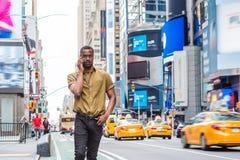 Młody amerykanina afrykańskiego pochodzenia mężczyzna podróżuje w Nowy Jork Obraz Royalty Free