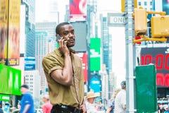 Młody amerykanina afrykańskiego pochodzenia mężczyzna podróżuje w Nowy Jork Fotografia Stock