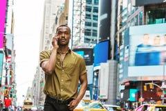 Młody amerykanina afrykańskiego pochodzenia mężczyzna podróżuje w Nowy Jork Fotografia Royalty Free
