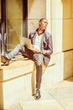 Młody amerykanina afrykańskiego pochodzenia mężczyzna studiowanie na laptopu outside ja fotografia royalty free