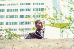 Młody amerykanina afrykańskiego pochodzenia studenta collegu studiowanie, pracuje na lapt fotografia stock
