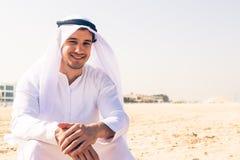 Młody Arabski mężczyzna obsiadanie Przy plażą Zdjęcia Stock