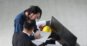 Młody architekt teraźniejszości próbobranie płytki wykonawczy architekt senior groping na płytce, zbiory wideo