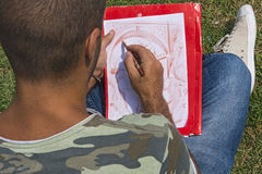 Młody artysta podczas gdy rysujący Fotografia Royalty Free