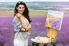 Młody artysty obraz w lawendy polu zdjęcia royalty free