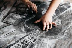 Młody artysty obraz z węglem drzewnym obrazy stock