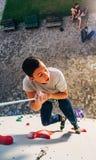 Młody arywista pochodzi na arkanie sztuczna ściana obrazy stock