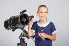 Młody astronom szczęśliwie stoi na gwiaździstym niebie Obrazy Stock