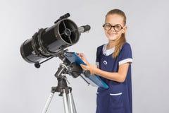 Młody astronom szczęśliwy patrzeć przez teleskop magnetofonowych obserwacj Fotografia Stock