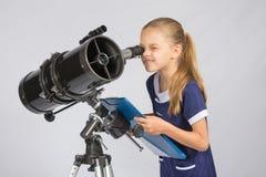 Młody astronom szczęśliwy patrzeć przez teleskop magnetofonowych obserwacj Zdjęcie Stock
