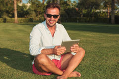 Młody asual mężczyzna relaksuje w ogródzie obraz royalty free