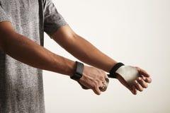 Młody atlety kładzenie na przecinającej sprawności fizycznej ręki rzemiennych ochraniaczach zdjęcia stock