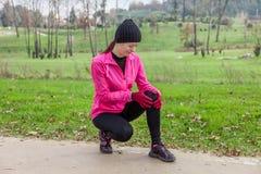 Młody atlety kobiety kaleczenie od urazu kolana zdjęcia royalty free