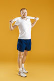 Młody atlety mienia ręcznik na żółtym tle Fotografia Royalty Free