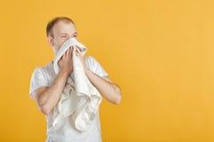 Młody atlety mienia ręcznik na żółtym tle Zdjęcia Stock