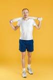 Młody atlety mienia ręcznik na żółtym tle Zdjęcie Royalty Free