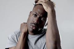 Młody atrakcyjny afro amerykański murzyn w smutnej i zmęczonej twarzy wyrażeniowy patrzeć wyczerpujący Fotografia Royalty Free