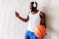 Młody atrakcyjny afrykański sportowiec z brodą ma spoczynkowego czas zdjęcia royalty free