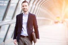 Młody atrakcyjny biznesowy mężczyzna w dzielnicie biznesu zdjęcia royalty free