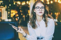 Młody atrakcyjny bizneswoman w białej bluzce, szkłach i zdjęcia stock