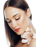 Młody atrakcyjny damy zakończenie up z rękami na twarz odizolowywającym kwiat lelui brunetki zdroju nagiej postaci makeup Obrazy Royalty Free