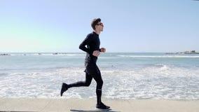 Młody Atrakcyjny dysponowany caucasian mężczyzna w czarny jogging na quay swobodny ruch zbiory wideo