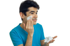 Młody atrakcyjny facet stoi z ukosa uśmiechy i powoduje pianę twój twarz Zdjęcie Stock