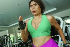 Młody atrakcyjny i sportowy Azjatycki Indonezyjski sport kobiety bieg na karuzeli przy gym sprawności fizycznej klubem trenuje mo zdjęcia stock