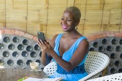 Młody atrakcyjny i szczęśliwy czarny afro amerykański biznesowej kobiety pracować relaksował od pięknego sklep z kawą używać tele Obraz Royalty Free