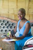 Młody atrakcyjny i szczęśliwy czarny afro Amerykański biznesowej kobiety pracować relaksował od pięknego sklep z kawą używać tele Obrazy Royalty Free