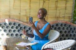 Młody atrakcyjny i szczęśliwy czarny afro amerykański biznesowej kobiety pracować relaksował od pięknego sklep z kawą używać tele Zdjęcie Royalty Free