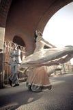 Młody atrakcyjny Indiański para taniec pod ceglanym archway Fotografia Stock