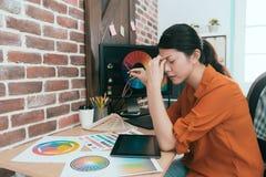 Młody atrakcyjny kobieta artysty uczucie męczący Fotografia Royalty Free