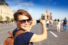 Młody atrakcyjny kobieta podróżnik z plecakiem na tle Obraz Royalty Free