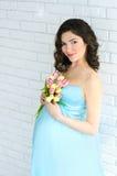 Młody atrakcyjny kobieta w ciąży z kwiatami Obraz Stock