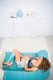 Młody atrakcyjny kobieta w ciąży z pięknym brzuchem kłama na leżance obrazy royalty free