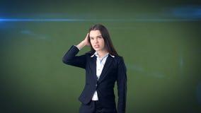 Młody atrakcyjny longhair bizneswoman w kostiumu stresującym się i trzyma jej głowę w zmęczeniu, odosobniony pracowniany tło Fotografia Royalty Free