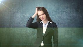 Młody atrakcyjny longhair bizneswoman w kostiumu stresującym się i trzyma jej głowę w zmęczeniu, pracowniany tło Obrazy Royalty Free