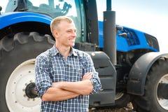 Młody atrakcyjny mężczyzna blisko ciągnika Pojęcie rolnictwo obrazy stock