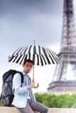 Młody atrakcyjny mężczyzna cierpienia deszcz w Paryż Zdjęcie Stock