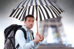 Młody atrakcyjny mężczyzna cierpienia deszcz w Paryż Obrazy Royalty Free