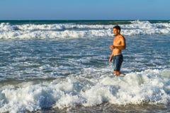 Młody atrakcyjny mężczyzna cieszy się spalshing w oceanie Zdjęcie Royalty Free