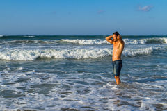 Młody atrakcyjny mężczyzna cieszy się spalshing w oceanie Fotografia Stock