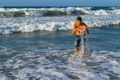 Młody atrakcyjny mężczyzna cieszy się spalshing w oceanie Zdjęcia Stock