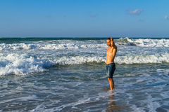 Młody atrakcyjny mężczyzna cieszy się spalshing w oceanie Obrazy Stock