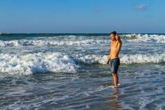 Młody atrakcyjny mężczyzna cieszy się spalshing w oceanie Obraz Royalty Free