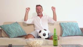 młody atrakcyjny mężczyzna dopatrywania mecz futbolowy na telewizi cieszyć się excited żywej zapałczanej odświętności bramkowy sz zbiory wideo