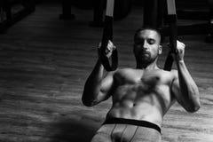 Młody Atrakcyjny mężczyzna szkolenie Z Trx sprawności fizycznej patkami zdjęcia royalty free
